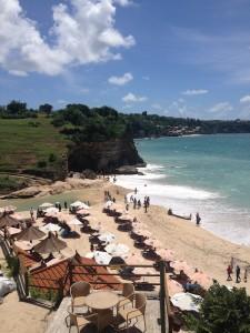 Pemandangan pantai dilihat dari restoran