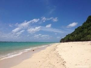 Paparan pasir putih di sepanjang pantai